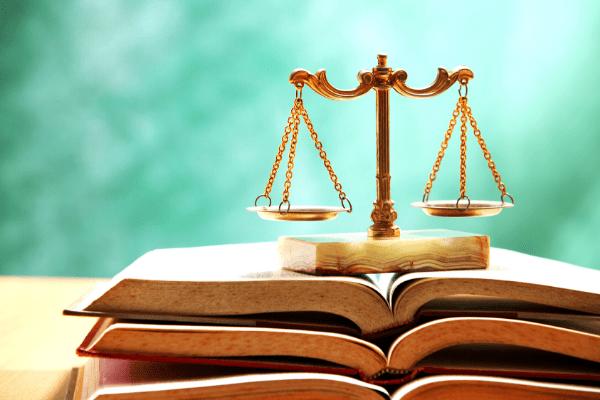 balance de la justice sur un livre ouvert